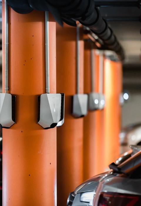 Laddboxar installerade på stolpar i ett källargarage hos en Bostadsrättsförening