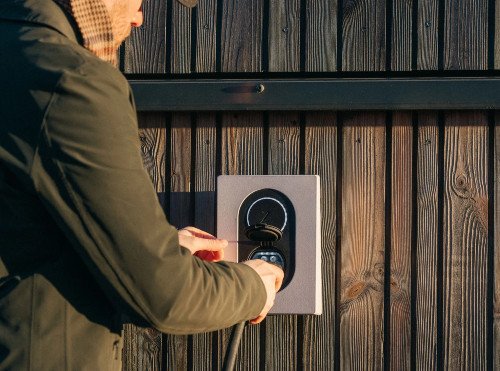 Zaptech Go laddbox installerad på trävägg