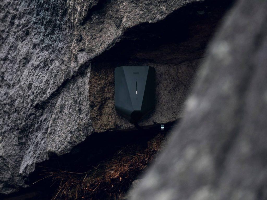 Easee laddbox på stenvägg (teaserbild)