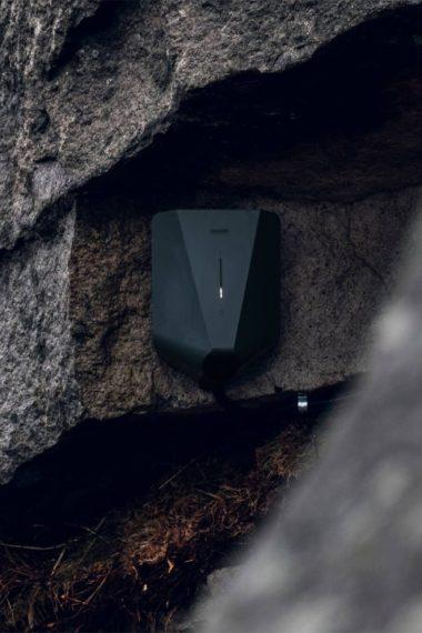 Eaase Home installerad på stenvägg