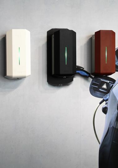 Bild av tre garo laddboxar i olika färger (vit svart och röd)