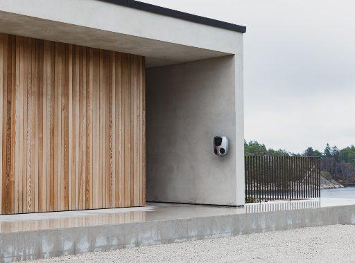 Charge Amps Aura med dubbla uttag -installerad på stenvägg
