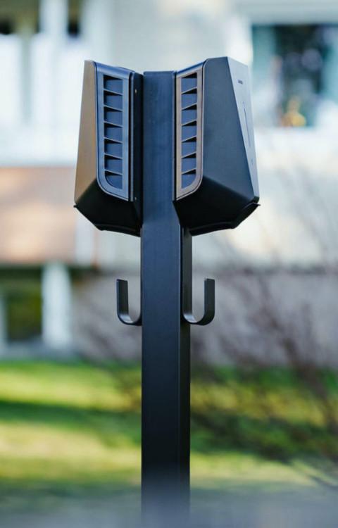 Laddstolpe med 2 laddboxar installerad hemma vid villa.