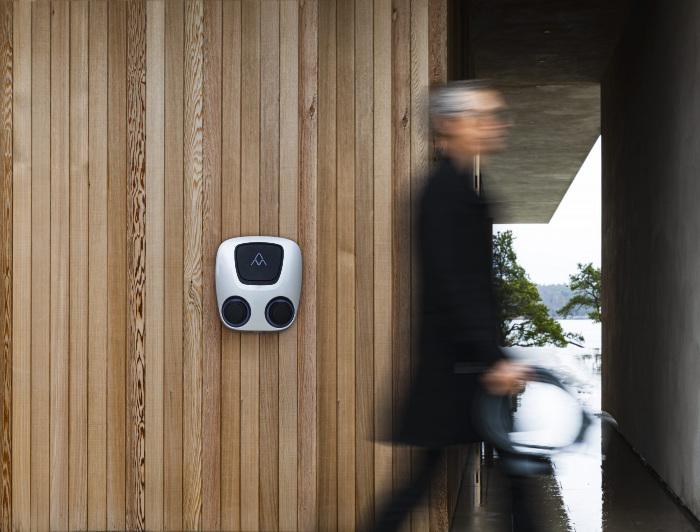 Charge Amps Aura installerad på trävägg (design)