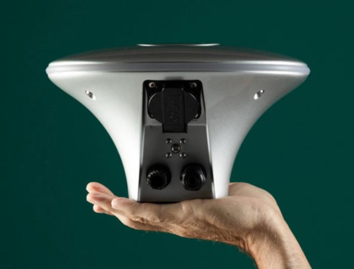 Charge amps Halo i hand grön bakgrund
