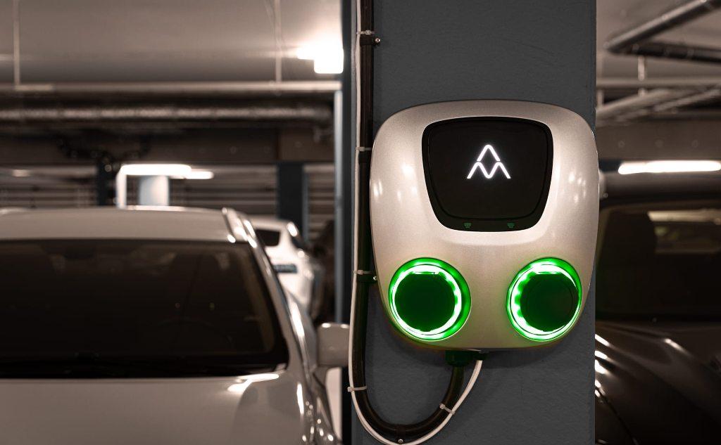 Charge Amps aura miljöfoto (parkeringsgarage)